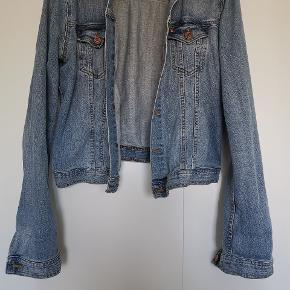 Ældre denim jakke fra H&m. Brugt, men stadig rigtig fin!