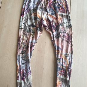 Molo-bukser med blomserprint. Sender gerne.
