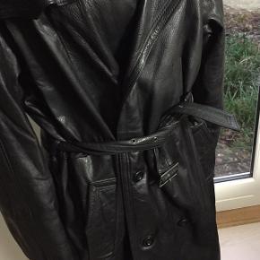 Herrford Super cool, virkelig lækker blød ko-skinds frakke fra Herrford Leather Wear. Fremstå i fantastisk stand uden huller, pletter, eller misfarvninger. Mål: Længde: 114cm Ærme: 68cm Bryst: 134cm  Frakke, læderfrakke, skindfrakke, sort frakke, hverdagsfrakke, vinterfrakke,