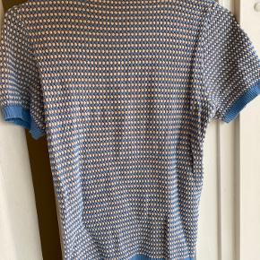 Rigtig sød pastel blå t shirt i strik.  Str m, men fitter småt (zara)