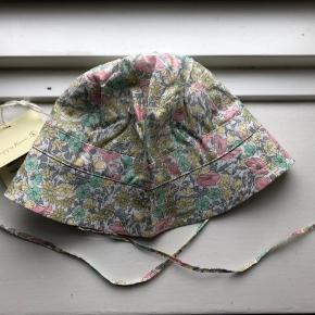 Sommerhat / bøllehat i liberty stof fra Poppy Rose. Størrelsen hedder 62-74. Helt ubrugt og stadig med mærke.