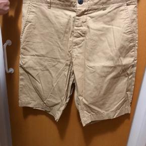 Sand H&M shorts i 100% Bomuld i str. 28 - 25 kr.  Hvis du er interesseret kan nedenstående købes sammen med denne skjorte til en samlet pris på 200 kr. (Se mine andre annoncer for billeder)   Lyseblå H&M skjorte i 100% Bomuld str. Small - 50 kr.  Grå Bertoni skjorte i 60% Polyester og 40% Bomuld str. 38 - 75 kr.  Blå Project 11 skjorte i 60% Bomuld og 40% Polyester str. Small - 75 kr. Grå H&M shorts i 100% Bomuld i str. 28 - 25 kr.  Alle skjorter kan bruges til hverdag, men også til fest med et par fine bukser og et par pæne sko.   Ved forsendelse betaler KØBER porto :-)