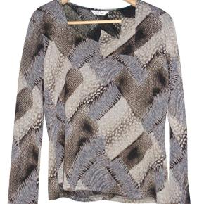 Smart bluse fra Perrie i str l, brugt et par gange og i fin stand.