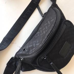 Sælger min utrolig fede Lala Berlin bæltetaske pga. Pengemangel (bytter derfor IKKE). Købt for et par måneder siden i Bahne, men er næsten som ny. Det er den store model. Nypris 699kr. Tag den i en hurtig handel for 550 kr.