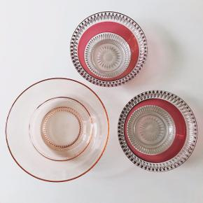 Lyserød med pink! Det matcher så fint og tilføjer noget helt andet til dit bord! 🌸🌺 Lille glasskål med pink detalje, Ø:13, H:5  55,- (2 stk haves). Sart lyserød skål, Ø:15,5, H:6  85,- #glas #glaskunst #lyserødtglas #lyserødglas #pinkglas #rosaglas #glasskål #glasfad #smykkeskål #slikskål #loppefund #loppeguld #loppemarked #genbrugsfund #genbrugsguld #sælges #tilsalg #sælgesaarhus #boligindretning #boligliv #boligmagasinet #loppedeluxe #indretning #retroglas #lopper #loppersælges #loppertilsalg #genbrugsguld #genbrugsguldtilsalg #genbrugsguldsælges