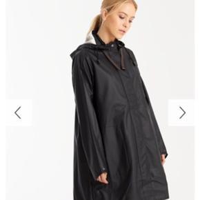 Jeg sælger denne Ilse Jacobsen regnjakke, da jeg ikke længere kan passe den eller har fået den brugt. Rigtig god stand og god til at cykle i grundet A-formen i jakken.