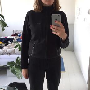 Helly Hansen fleece bluse med lynlås og lynlås lommer. Brugt få gange