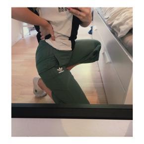 Grønne Adidas bukser i størrelse small. Brugt 2 gange.
