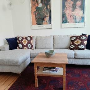 Sofaen er 3 år gammel. Sælges pga. Flytning. Den har antydningen af aftryk fra en varm tekop (se sidste billede) og en lille mørk plet (se anden sidste billede). Ellers står den som ny. Gulvtæppet er også til salg.  #trendsalesfund