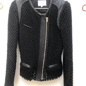 Rigtig flot Iro jakke i uld. Kun brugt få gange og fremstår derfor som ny