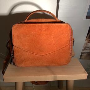 Jeg sælger min flotte taske fra Daniel Silfen.  Den er dejlig rumlig med tum både foran, i midten selvfølgelig og bagved. Den er i en flot orange farve, i ruskind, og er med to forskellige skulderremme. Der er næsten ingen tegn på slid💖 Np er 1000kr Mp er 400kr men endelig byd🧡