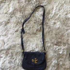 Fin marine blå skind taske fra Marc Jacobs. Selv købt den på TS for år tilbage, har ikke kvittering. Tasken er pæn, men slidt - særligt for trænger til en kærlig hånd - derfor den lave pris.