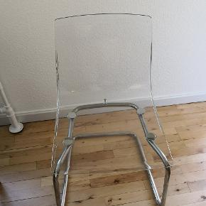 Tobias stole fra Ikea med komfortabel affjedring. Ben i forkromet stål og siddeskal i karbonatplast. Har i alt 4 stk, som bærer præg af brug men endnu i pæn stand. Prisen er for dem alle 4 samlet. Nypris pr. stk. 495 kr. Mål ses på sidste billede.  Afhentes i Horsens i stueetage. Er samlet, men kan skilles ad med det rette værktøj.