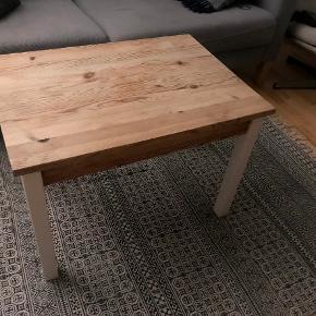 Sofabord sælges pga flytning. Byd gerne :)  Mål: Højde: 50 cm Længde: 70 cm Bredde: 50 cm