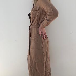 Sprit ny kjole fra Only. Brug 1 gang kun. Fejler intet.   Tjek mine andre annoncer ud! Sælger kjole/ sommerkjole, bla stramme kjoler, designmærker fra Gucci og Fendi, ægte smykker, bla fra Camille Brinch, ur, blå fede jeans, top og nederdel mv.... Giver mængderabat🌸🌸
