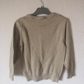 H&M - strik sweater Str. 98/104 Næsten som ny Farve: sand Lavet af: 100% cotton Mål: Bredde: 68 cm hele vejen rundt Længde: 40 cm Køber betaler Porto!  >ER ÅBEN FOR BUD<  •Se også mine andre annoncer•  BYTTER IKKE!