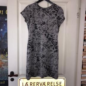 Hjemme syet kjole. Str L  Æg = 2 x 47 cm Længde = 85 cm.  Brugt en enkelt gang men i fin stand.