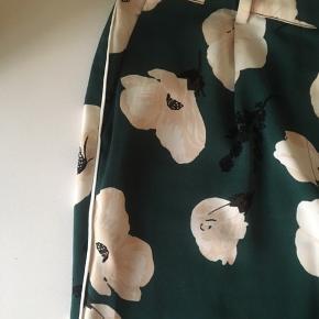 Grønne blomster bukser fra Envii, i en str s. Sælges da de aldrig blev brugt