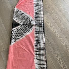Flot stort tørklæde med bstik mønster. Måler 103x138 cm. og kan således bruges både som tørklæde, sarong eller strandtæppe.