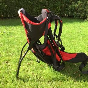 Bergans junior børne bærestol sælges. Nypris ca. 1300 kr. Den sidder godt på ryggen ligesom en rygsæk med polstret spænde rundt om maven. Bærestolen er i meget fin stand. Der er kun lidt slitage under støttebenene. Bærestolen er ideel til ture, hvor det er upraktisk eller svært med klapvogn eller barnevogn. Den kan som udgangspunkt bruges fra barnet er 9 måneder til ca. 4 år.