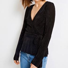 Sort slå om bluse fra Envii i plisseret stof :)