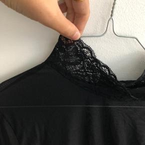 ICHI i tyndt materiale med blondedetaljer   Str: L  Farve: Sort  Stand: brugt 5-10 gange
