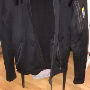 Flot og lækker Jakke/trøje fra Snickers work Wear brugt få gange købt i juli 2020 så den er næsten ny , str XS USA str svare til dansk Small , MP er 600 Kvittering haves
