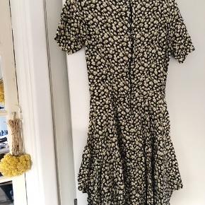 Så fin kjole! Brugt 5-8 gange🌼