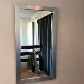 Fint spejl med sølv kant. Det er fortsat super fint. Sælges gerne til en god pris.   Det måler 89 cm højt og 49 cm bredt.
