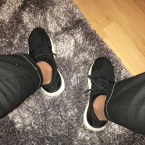 Dette er et par Adidas Ultraboost i en str. 38 2/3🥰