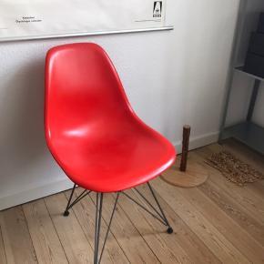 Mega fed Eames stol i plastik med stel i krom 🌹 fremstillet hos Vitra. Farven hedder Poppy Rose. Nyprisen var 2200 kr. Stolen har nogle ridser på sædet samt en smule rust på stellet, og prisen er derfor sat herefter 💥   Bemærk - afhentes ved Harald Jensens plads. Sendes ikke og bytter ikke 🌸  💫 Stol design designer Charles Eames skalstol plastikstol rød stol plastik skal metal metalben ben