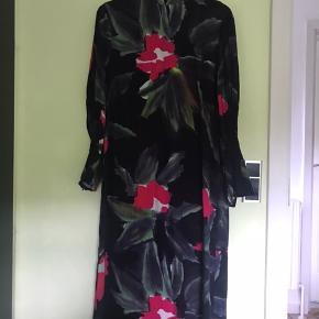 Rigtig smuk kjole, som kun er brugt et par gange. Str 38 og med lynlåse i ærmerne. Læg mærke til den flotte hals♥️