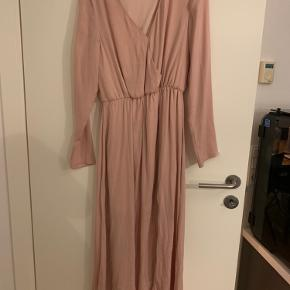 Fin lang kjole med en slids i farven rosa