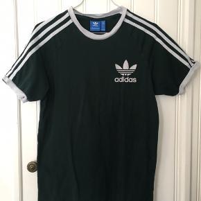 Flaskegrøn t-shirt fra Adidas i str. S  Skriv gerne til mig hvis du har et bud eller yderligere spørgsmål til varen :-)