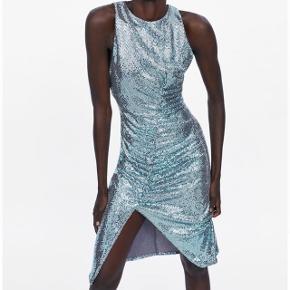 Super flot 'palliet ligende' kjole. Der er stretch i og sidder stramt. Den er nærmere holografisk og skinner så smukt i lys!  *Sender ikke, men køber må gerne hente i København*