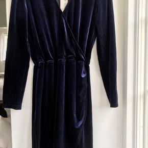 Helt ubrugt lækker navy kjole i det blødeste velour - stadig med tag💙  Super flot til et par støvler eller til festlige angermenter⭐️  Str M  Nypris 1000kr Sælges for 449kr