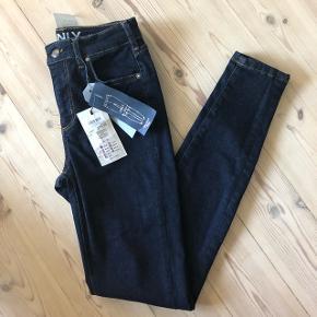 Lækre Skinny Fit jeans fra ONLY i mørkeblå.Nypris: 379,95. De er aldrig brugt ☀️ Str. 26/30