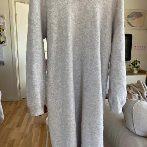 Grå, lang sweater fra Asos i str. 36. Brugt og vasket få gange. Byd.