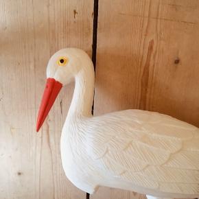 To store fugle. En flamingo og en stork. De har ingen ben, jeg har givet dem blomsterpinde at stå på