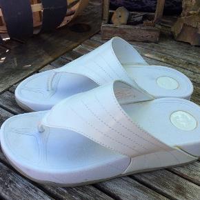 Duffy, skønne hvide vedge sandal, fremstår med lidt gule lim, pletter tror jeg det er lim, ses ikk, når de er på,  de er brugte og stadig gode, sælger da de er lidt for store/brede til mig foto. Kan ikk se str. jeg har målt dem inden i 25 cm. Vil tro de passer 38/39. Mp 75 pp. jeg giver god mængderabat.