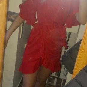 Lækker kjole fra Nakd - Aldrig brugt! Kan både passes af 36 og 38, da der er bindebånd :)