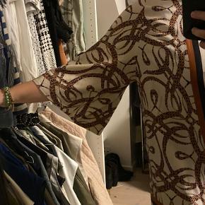 Richard Allan x H&M kjole.  Det er ikke kjolen på billedet, men helt magen til. Sælges da den er for stor.