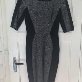 Karen Millen kjole pencil dress UK8/EU36, sort stretch jersey med hvidt mønster, er brugt 1 gang, stort set som ny