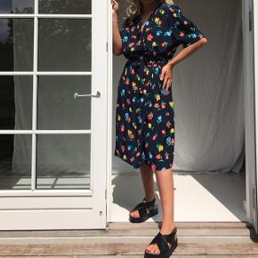Smuk vintage slå-om-kjole.  Passer alt mellem S-L, da der er ånd, så må man kan binde i livet.