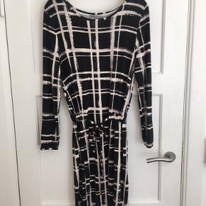 Smuk kjole fra soaked in luxury med indsnørring i taljen.   Nypris = 699kr