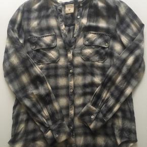 Lækker skjorte fra Heartmade. I uld og bomuld. Størrelse 38 Køber betaler Porto - bytter ikke