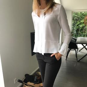 Sød hvid skjorte bluse fra Mango. I str XS, hvid. Lille flænge på indersiden af venstre ærme, men intet man kan se når den er på. Ny pris: 280kr Byd endelig