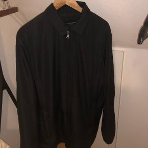Hej derude 👋😊. Jeg sælger min lækre Prada forårs/efterårs jakke, fordi jeg står og mangler penge. Jakken har jeg fået i julegave året 2018. Jeg har ikke noget af det som fulgte med til jakken. Jeg er meget åben overfor bud så endelig kom med et. 😊