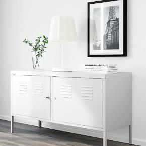 God og rummelig metalskænk fra Ikea. Har været brugt som både fjernsynsmøbel og lidt af hvert, så har lidt brugsridser, men den står ellers ganske fint. Nøgler og hylder er med.  Bud er velkomne! (nypris i Ikea er 699,-)  Kan afhentes på Østerbro inden månedens udgang.