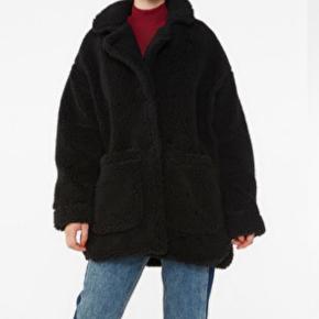 Teddy jakke  fra Monki Str. XS, men meget stor i størrelsen.   Sælges fordi jeg synes, den er for stor til mig.